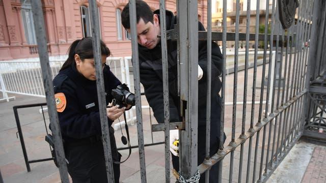 Un auto chocó contra el portón de la Casa Rosada