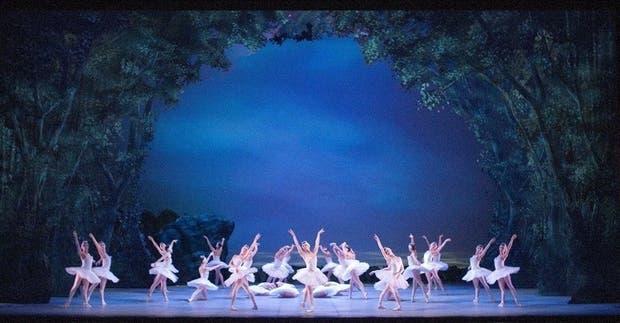 El cuerpo de baile tiene un especial lucimiento en este acto blanco