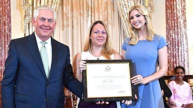 """Alika Kinan con Rex Tillerson, secretario de Estado de Estados Unidos, y con Ivanka Trump, hija del presidente de EE.UU., recibiendo la distinción de """"héroe"""" en el Capitolio, Washington D.C."""