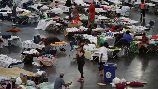 El centro de convenciones George R. Brown en Houston se transformó en un refugio para miles de personas