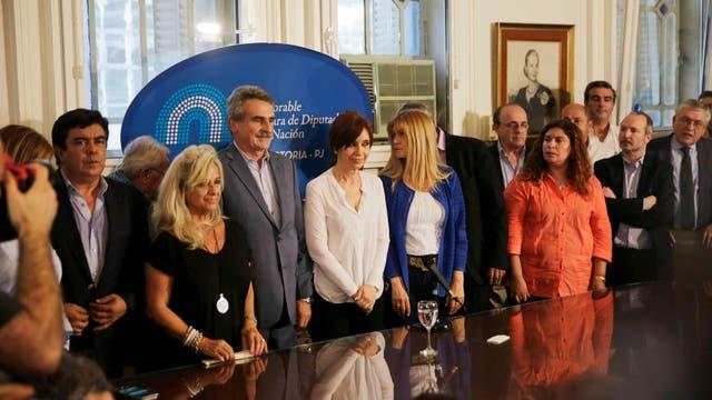 Cristina Kirchner junto a los kirchneristas que aparecieron en Diputados para mostrarle su apoyo
