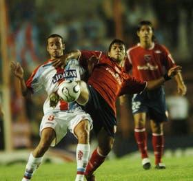Leonel Ríos, la figura del partido, disputa con Sergio Agüero la posesión del balón