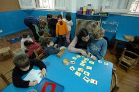 Actividades variadas y simultáneas en una sala del jardín de infantes Olivos Montessori School