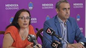 El titular de Asuntos Jurídicos de la Dirección General de Escuelas, Francisco Fernández, y la directora de Educación Privada, Beatriz Della Savia, dieron a conocer la resolución