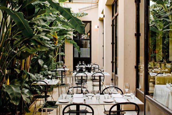 Escondido detrás de un muro con stencils está uno de los restaurantes más exclusivos de la ciudad. Foto: Gentileza Tegui