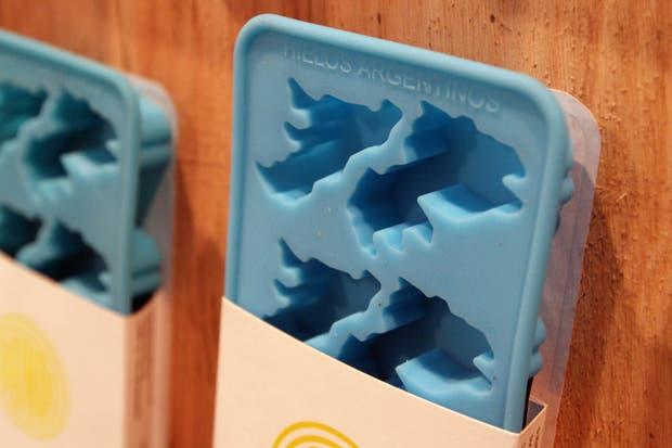El creativo Grupo Bondi presenta su hielera con forma de Islas Malvinas... Ingenio para quedarse pensando.  /Matías Aimar
