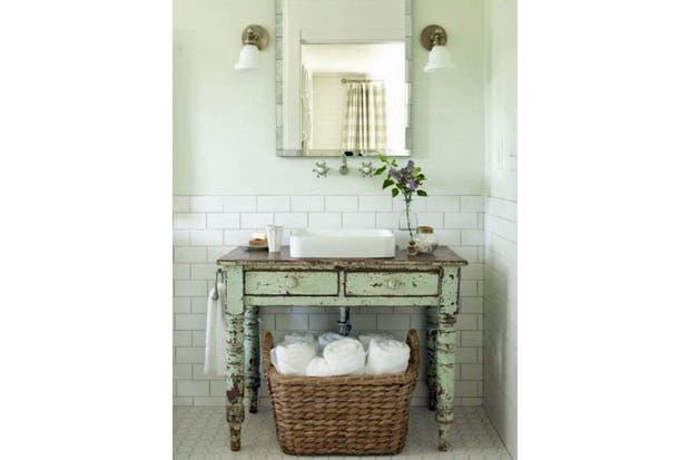 Estos muebles fueron restaurados y reacondicionados para funcionar como vanitorys con un estilo personal.  /Everydayhomeblog.com