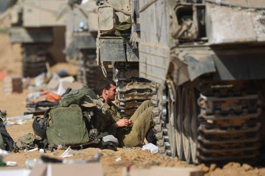 """El ejército de Israel ordenó a los ciudadanos que """"no se muevan de sus casas"""" ni utilicen la carretera que une Rafah con la ciudad de Jan Yunis. Foto: EFE"""