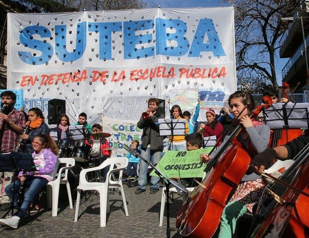 Una marcha por el centro de La Plata fue parte de la medida de fuerza