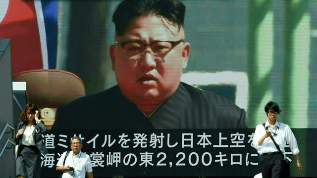 La imagen de Kim, en una pantalla gigante en las calles de Tokio, ayer, tras el lanzamiento del misil