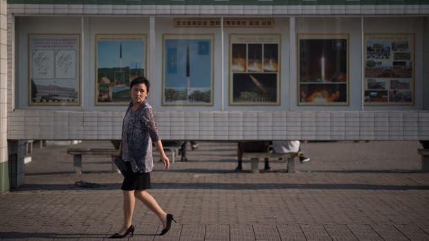 En la estación central de Pyongyang, los carteles ensalzan las pruebas de misiles del régimen