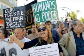 Miles de personas protestan en Lisboa, Portugal, por la crisis económica