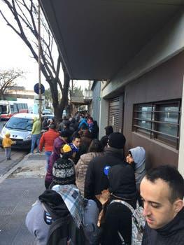 Colas repletas de venezolanos esperando para votar en Palermo.
