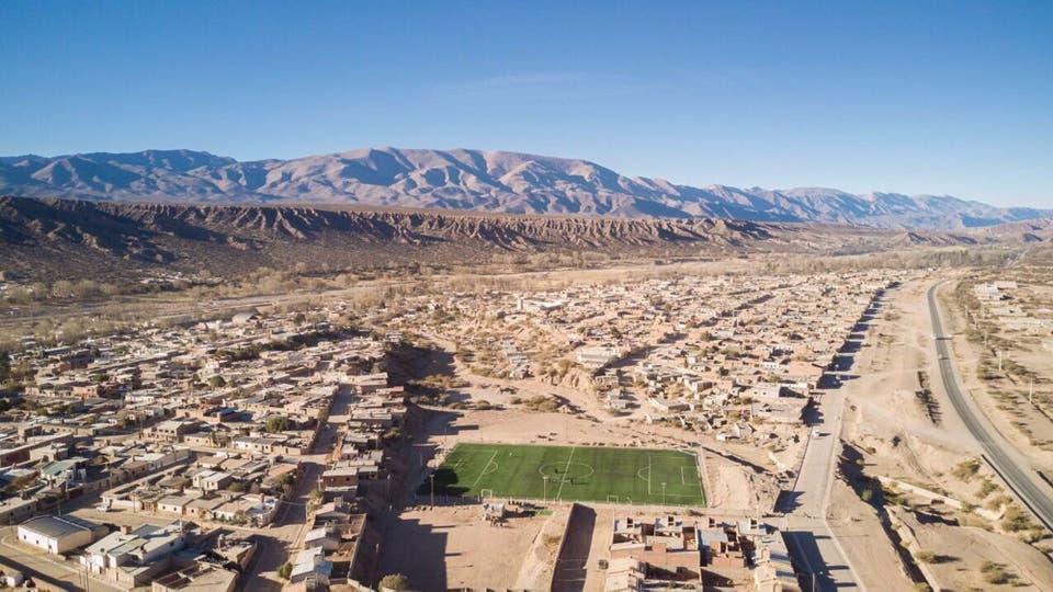 La cancha de fútbol sintético en La Quebrada de Humahuaca. Foto: Facebook