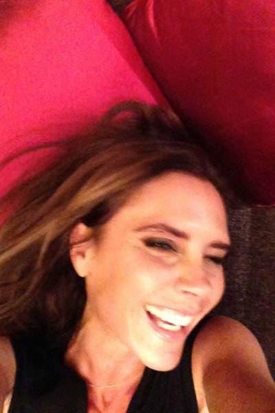 Victoria, o Posh de las Spice Girls, se mostró natural en una imagen que subió a Facebook