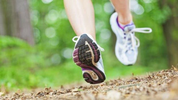El pie se dispone a aterrizar con el talón, un mal hábito que afecta a la mayoría de los corredores aficionados en el mundo