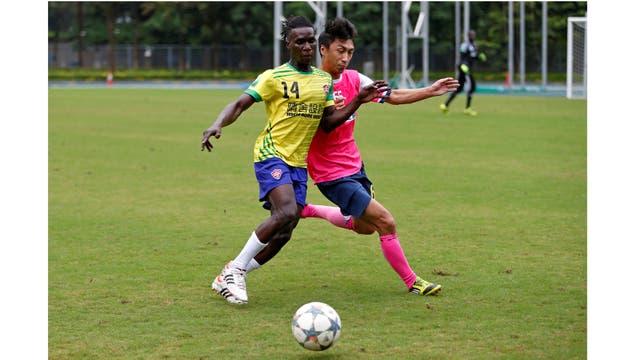 Solomon Nyassi, de 26 años, de Gambia, miembro de All Black FC, juega en un equipo local durante un partido amistoso en Hong Kong, China