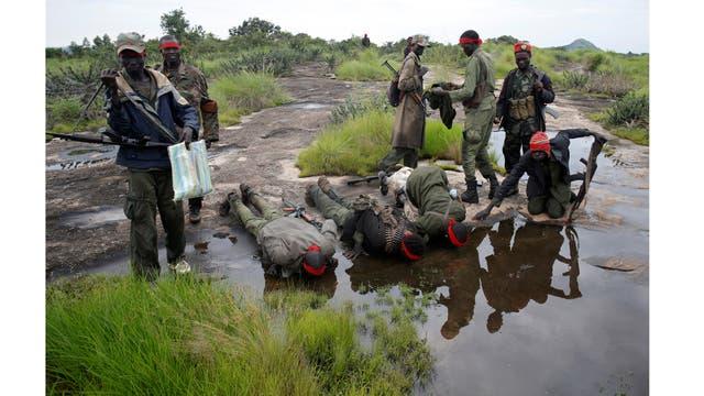los rebeldes beben agua de un estanque después de un asalto a los soldados del Ejército de Liberación del Pueblo de Sudán (SPLA) cerca de la ciudad de Kaya, en la frontera con Uganda, Sur