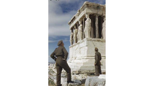 Los soldados británicos admiran las Cariátides en la Acrópolis, durante una visita turística en Atenas, Octubre 1944.