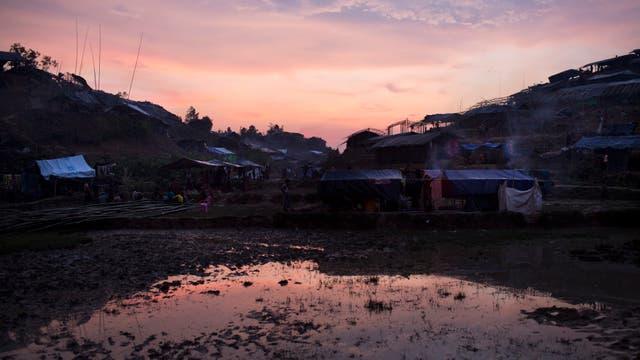 Un campamento de refugiados habitado por musulmanes Rohingya cerca del área de Gundam, Bangladesh