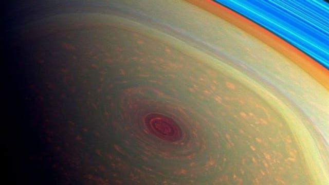 La imagen muestra el hexágono dentro del cual se encuentra el ojo de la tormenta en el polo sur de Saturno.