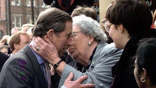 El día de su cumpleaños, pero en 1998, una admiradora lo saluda durante una visita al norte de Inglaterra