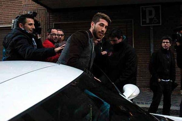 Sergio Ramos baja de su auto. Foto: Diario As