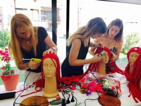 Voluntarias confeccionando las pelucas.