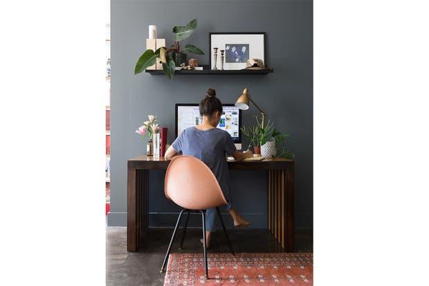 Una buena opción para delimitar el espacio es pintar el muro contra el que irá el escritorio; en este caso, un gris empolvado que queda fantástico.  /Camillestyles.com