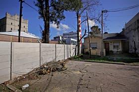 El muro se levanta donde antes estaba el alambrado perimetral del terraplén de la línea Roca