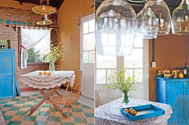 La cocina, integrada en el living-comedor, se relaciona directamente con el afuera. En verano, la mesa plegable se puede sacar fácilmente para desayunar o comer en el deck mirando el mar.