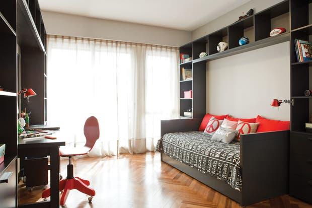 Diván Pilar laqueado en gris con una cama extra debajo (El Círculo de las Vitaminas); colcha estampada (Compañía de Comercio).