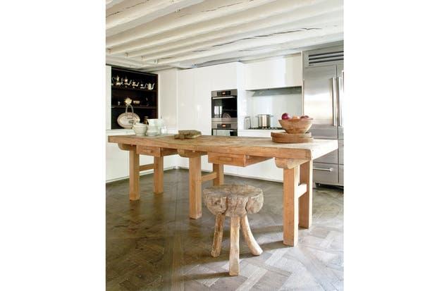 La cocina, con modernísimo equipamiento italiano (Boffi) en contraste con una rústica mesa de trabajo..
