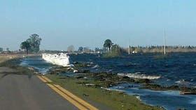 Un fuerte viento provocó un oleaje intenso en la laguna Melincué y hay tres pescadores desaparecidos