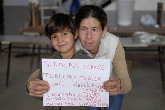 Sábanas, frazadas, toallas, pañales, zapatillas, ropa, leche, comida. Foto: LA NACION / Hernán Zenteno