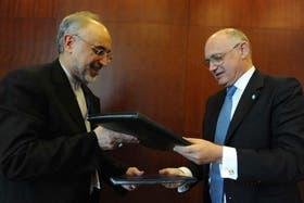 Los cancilleres de la Argentina e Irán al firmar el acuerdo entre ambos países por la causa AMIA