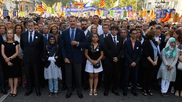 Rajoy, Felipe VI y Puigdemont, ayer, con una multitud en la marcha en Barcelona