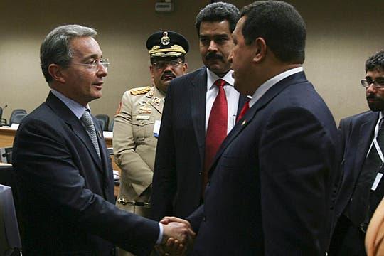 El saludo a su par colombiano, Alvaro Uribe en mayo de 2008, en el marco de la cumbre extraordinaria de la Unasur. Foto: Archivo