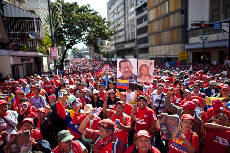 Miles de manifestantes ya se encuentran en la Casa de Gobierno en apoyo a Chávez. Foto: AP