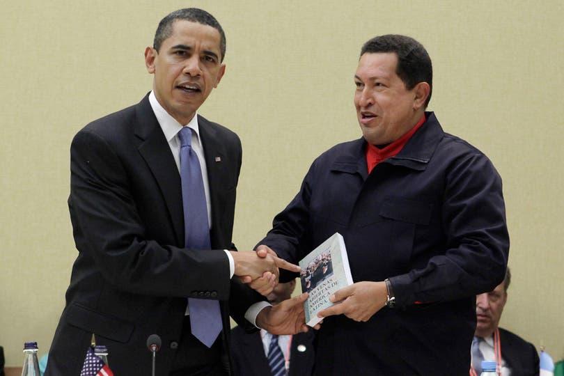 """El 18 de abril de 2009  le regalo al presidente de EE.UU, Barack Obama, el libro """"Las venas Abiertas de América Latina"""" de Eduardo Galeano. Foto: Archivo"""