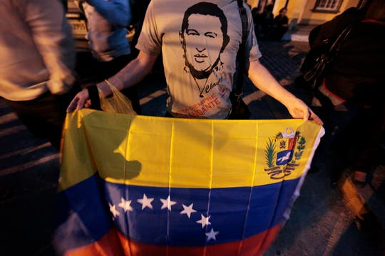 Miles de venezolanos hacen fila para dar el último adiós al presidente, que es velado con el féretro abierto en la Academia Militar. Foto: Reuters