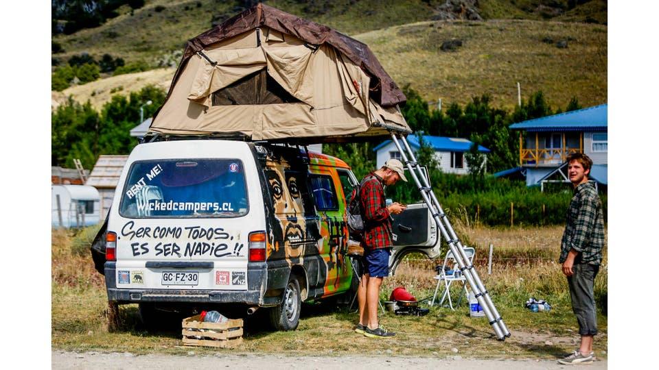 Multiples camionetas utilizadas como viviendas por los escaladores estacionan en el inicio de la senda que conduce al Monte Fitz Roy. Foto: LA NACION / Silvana Colombo