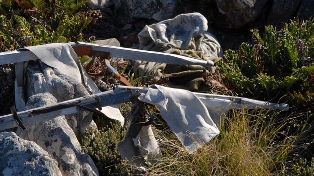 Los restos de la guerra aún están esparcidos por la isla; una camilla para llevar heridos resiste el paso del tiempo. Foto: Archivo / Fabián Marelli / LA NACION
