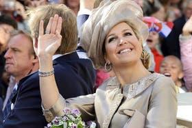 La reina Máxima saluda a los ciudadanos congregados durante su visita a Leeuwarden, en junio pasado
