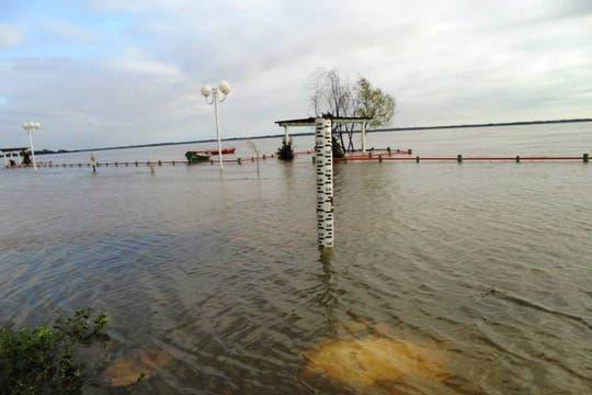El paseo costero de Itatí, en Corrientes, quedó ayer bajo el agua.. Foto: Noticias Itateñas
