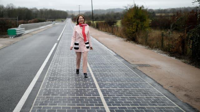 En Normandía, Francia, la ministra de Medio Ambiente, Ségoléne Royal, inauguró el primer tramo de pavimento con paneles solares incorporados