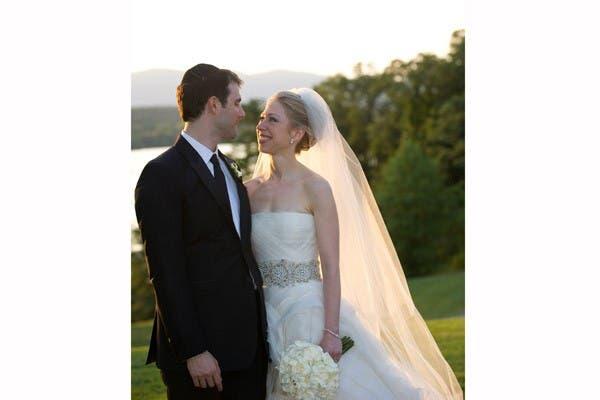 Chelsea Clinton usó un vestido de Vera Wang cuando se casó con Marc Mezvinsky en julio de 2010. El traje: de organza de seda en color marfil, con tul plegado en forma diagonal y un detalle de perdrería plateado en la cintura. Foto: Archivo