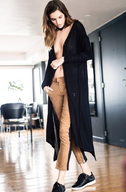 Cárdigan largo (Divina Bolivia), collar choker de cuero y pantalón de gamuza (Paula Cahen d''Anvers), zapatillas de pelo sintético ($ 1.200, Le coq sportif)