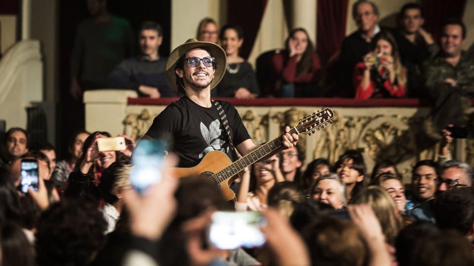 El músico se pasea por los pasillos entre sus fans. Foto: LA NACION / Ignacio Sánchez