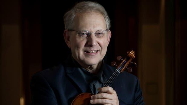 Inseparable de su violín, incluso para la foto